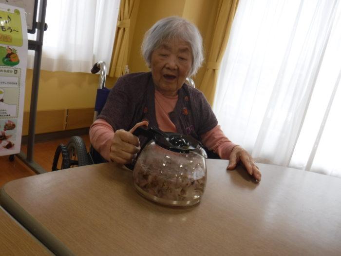 特養 おやつ 桜茶 団子 行事