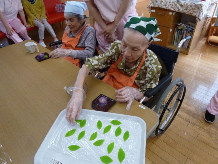 特養で和菓子作り 紫陽花に挑戦 手先を使う作業