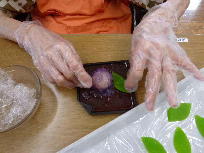 特養おやつレク 和菓子 紫陽花 手先を使う作業