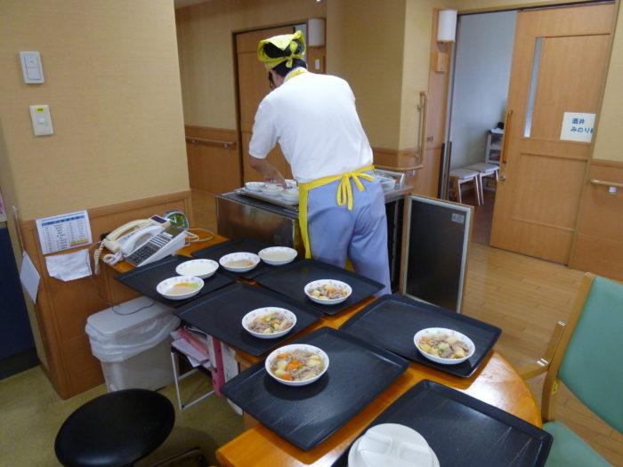 特別養護老人ホームアーバンケア御厨 食事準備の様子 介護士の仕事