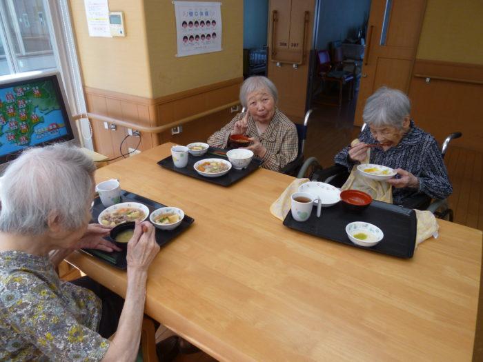 特別養護老人ホームアーバンケア御厨 食事の様子 利用者様が笑顔になる食事