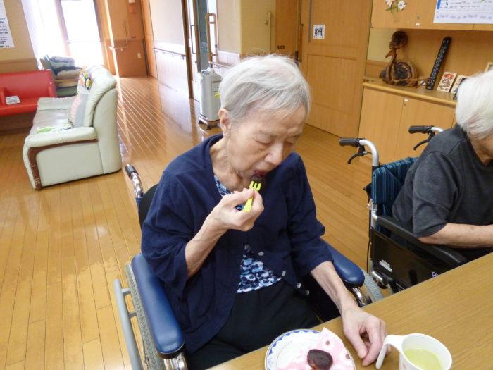 アーバンケア御厨 高齢者施設 おやつレク おはぎ 自分で食べる喜び