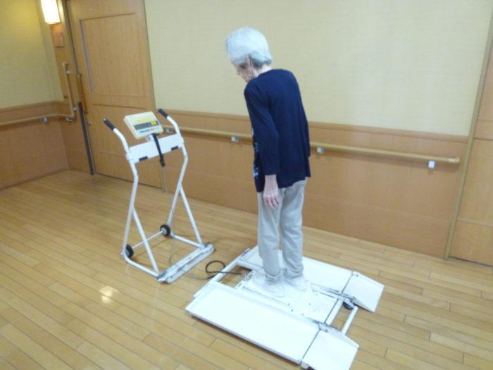 アーバンケア御厨 特養 毎月の体重測定 立位が保てる人