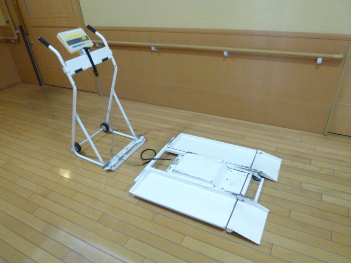アーバンケア御厨 特養 毎月の体重測定 立位でも座位でも測定可能な体重計