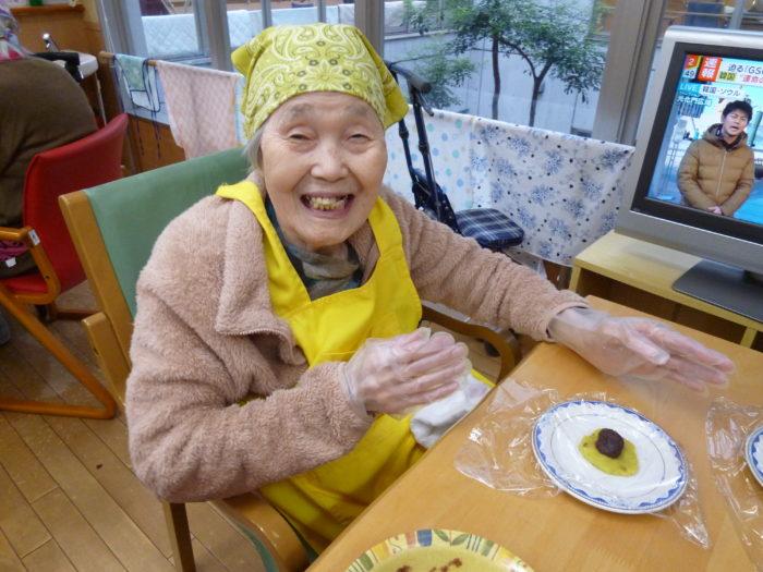 アーバンケア御厨 ホームクッキング さつま芋と餡子の茶巾絞り 高齢者も出来る秋らしいおやつ作り
