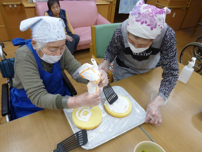 アーバンケア御厨 特養のクリスマス ホームクッキング クリスマスケーキ作り フルーツたっぷりデコレーションケーキ