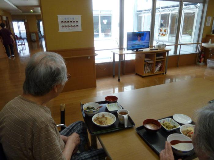 アーバンケア御厨 食事の様子 特別養護老人ホーム テレビを観ながら 自由な食事