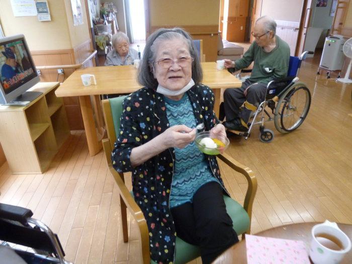 アーバンケア御厨 9月のホームクッキング おやつレク 食べるクリームソーダ 高齢者向けおやつ 嚥下しやすいおやつ