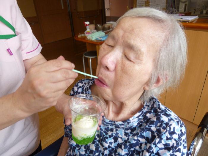 アーバンケア御厨 高齢者向け 涼しいおやつ 9月のおやつレク 食べるクリームソーダ