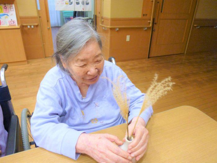 アーバンケア御厨 東大阪 老人ホーム 室内の様子 季節 秋を感じる 飾りつけ ススキ コスモス 季節の植物