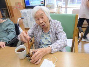 アーバンケア御厨 おやつレク 抹茶ババロア 自分でかける黒蜜 高齢者が参加できるおやつ